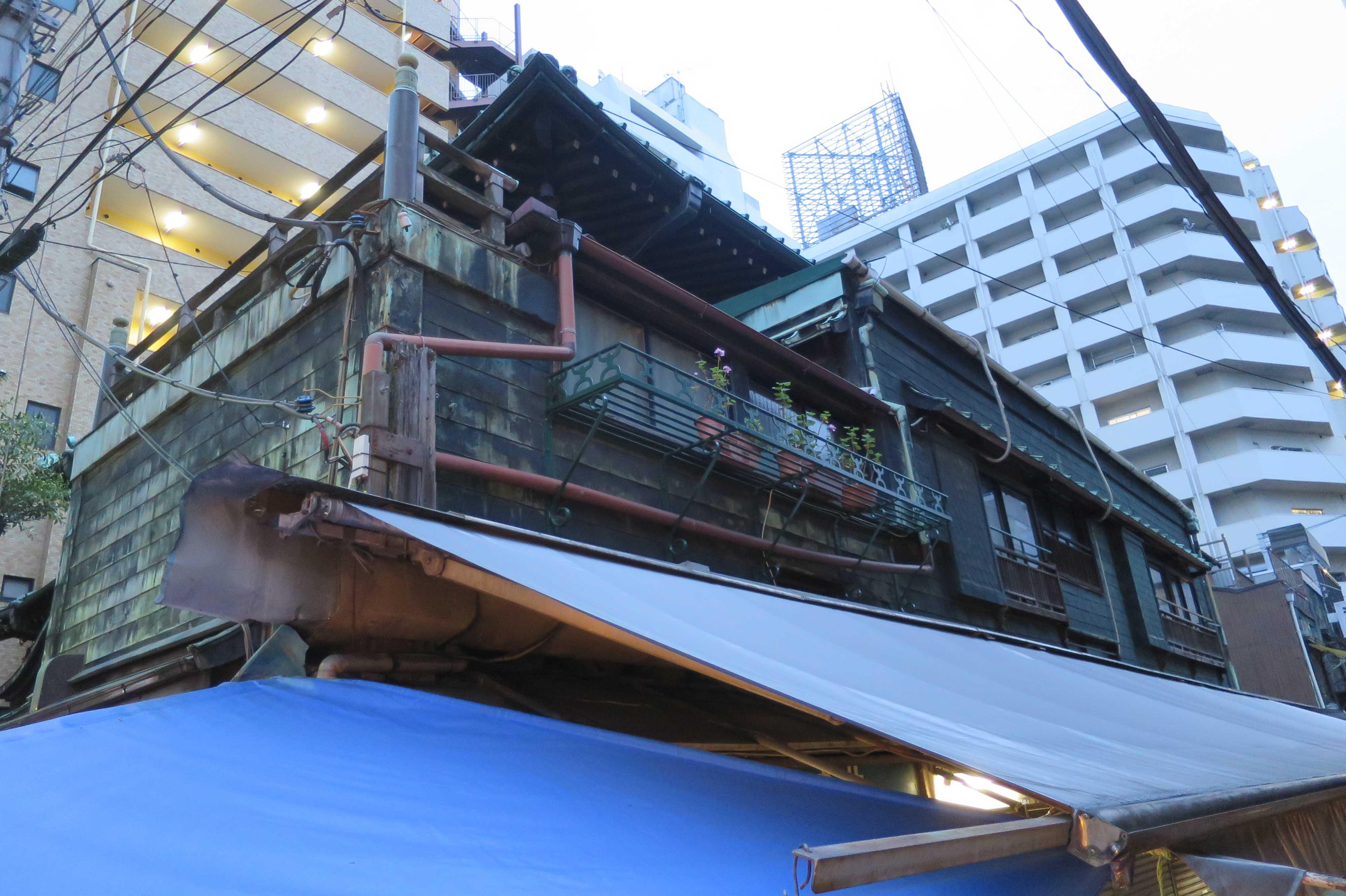 築地場外市場 - 銅板葺きの看板建築