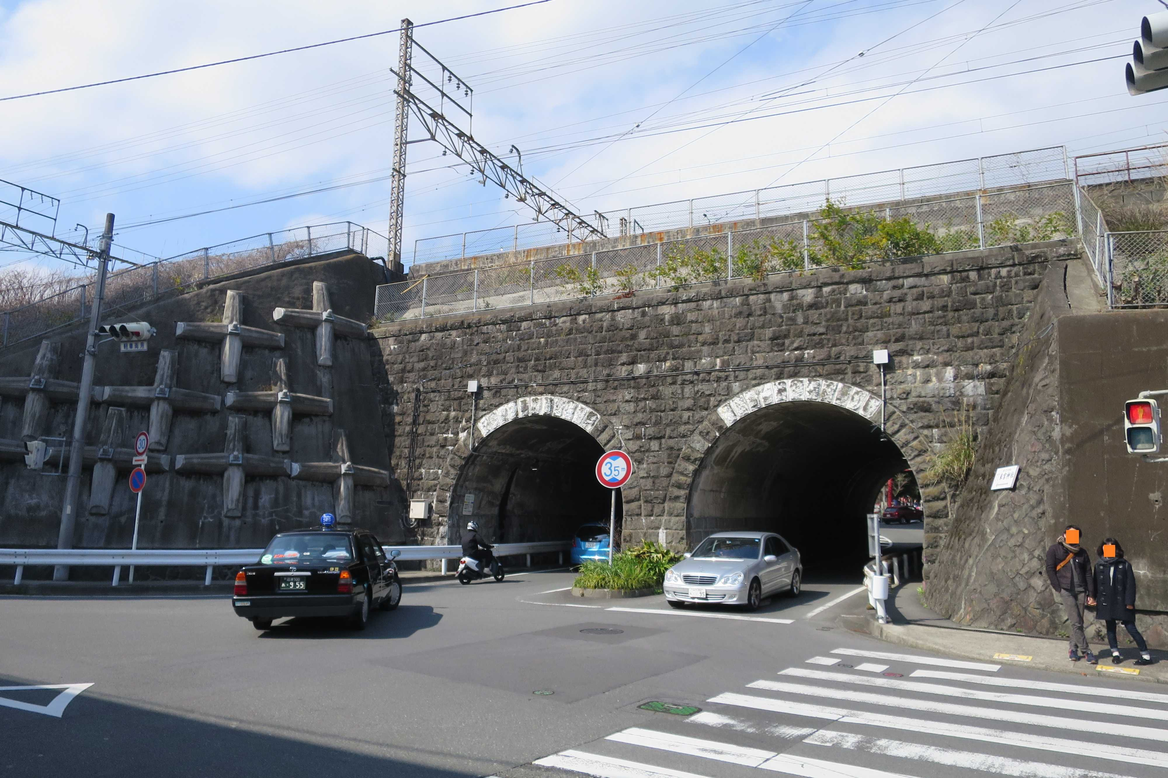 熱海 - 来宮神社前の東海道線のトンネル