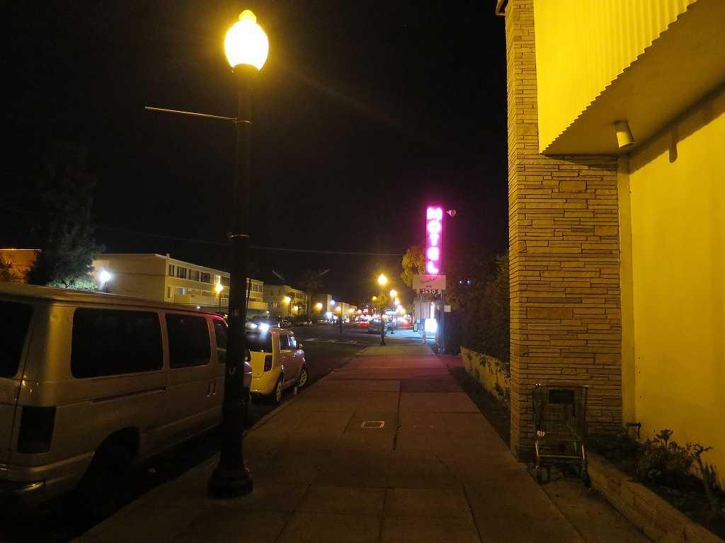 レッドウッドシティー - 赤く怪しく輝くモーテルのネオン看板