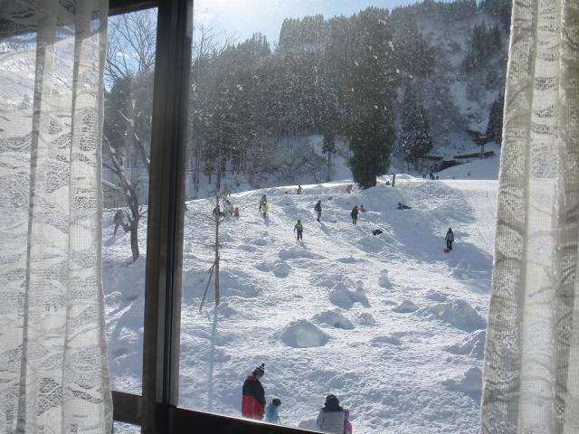 売店の中から見える一本杉スキー場