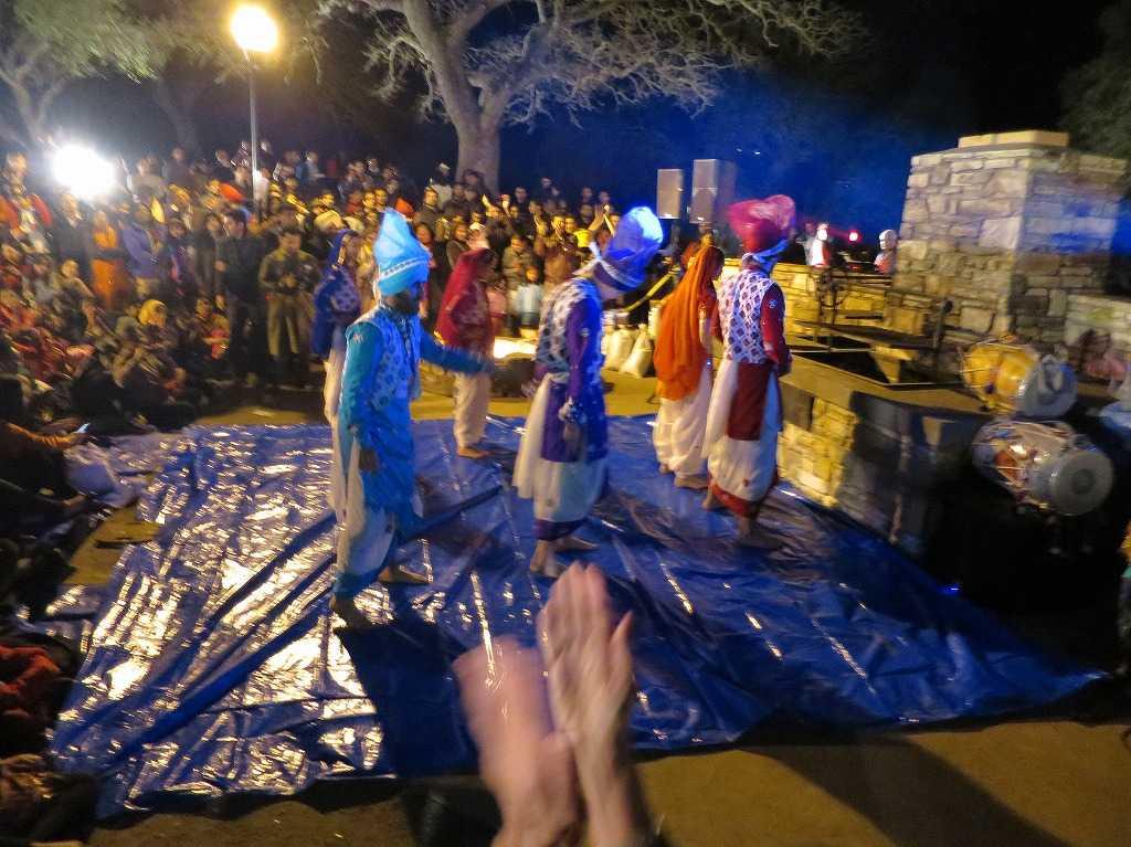 オーディエンスの前で踊るスタンフォード大学の学生たち