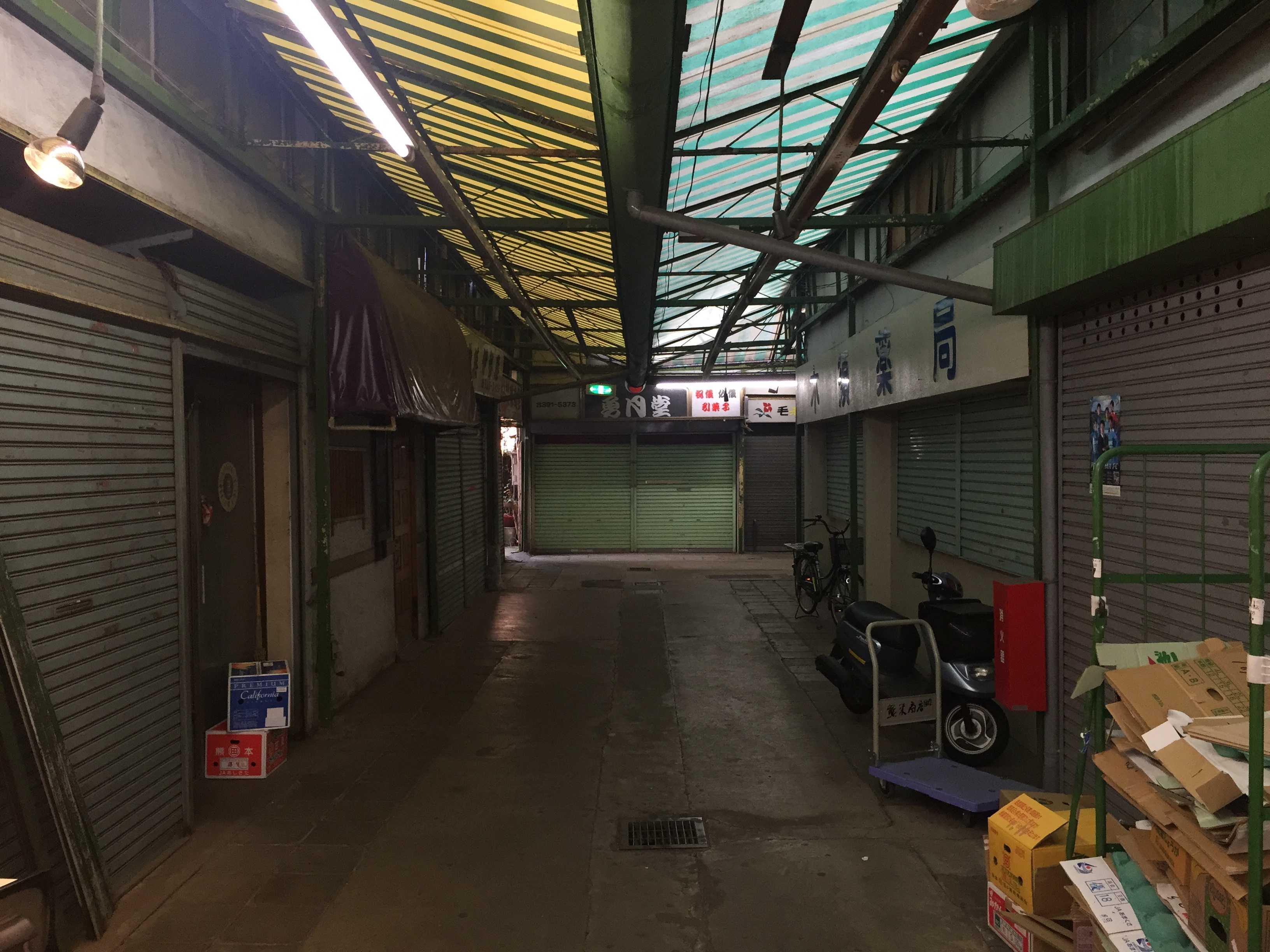 真っ暗なシャッター商店街 - 希望ヶ丘ショッピングセンター