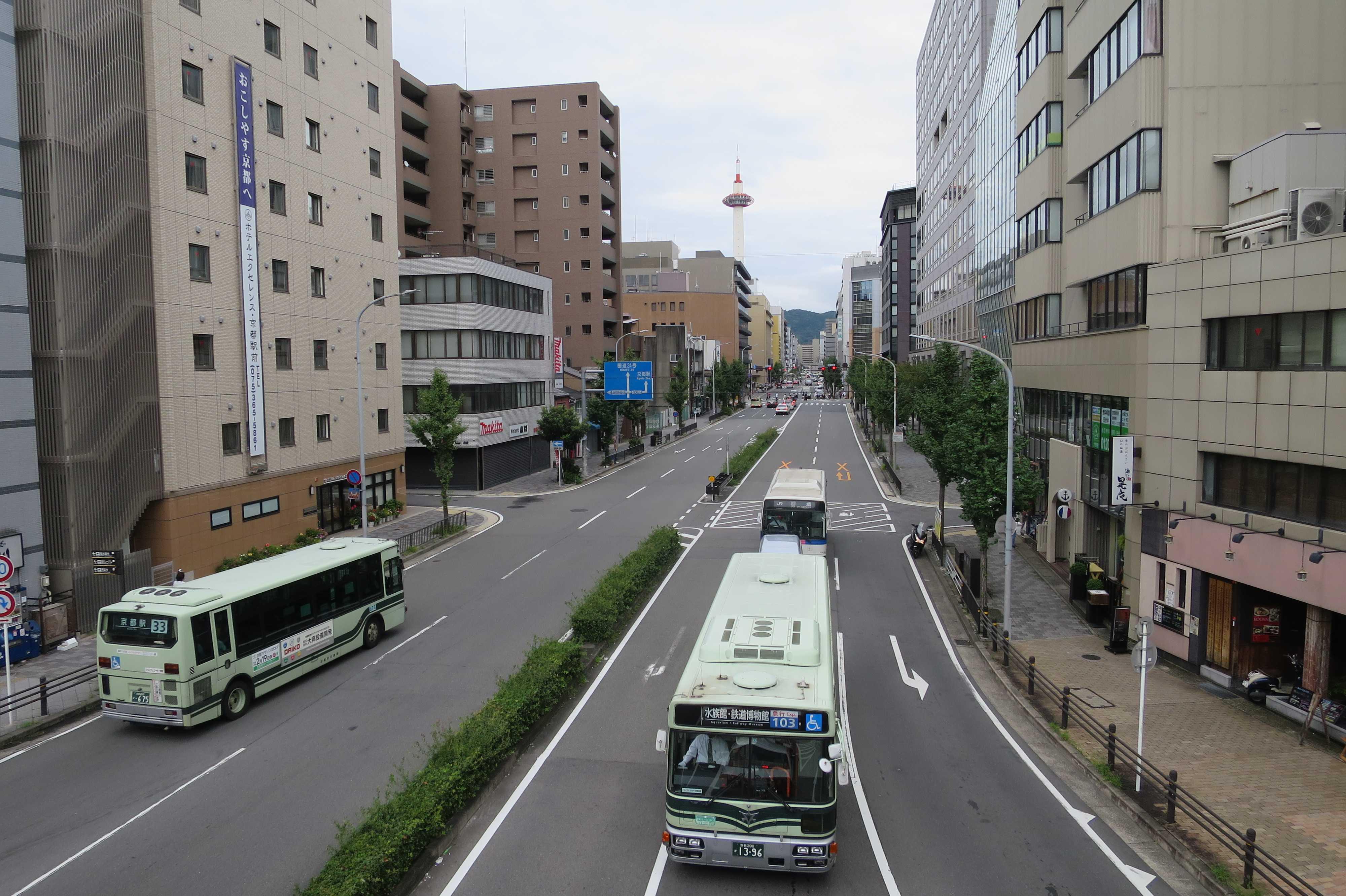 塩小路通から見えた京都タワー