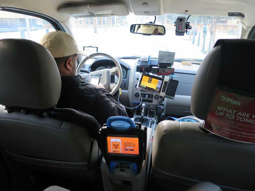 イエローキャブ(タクシー)の車内
