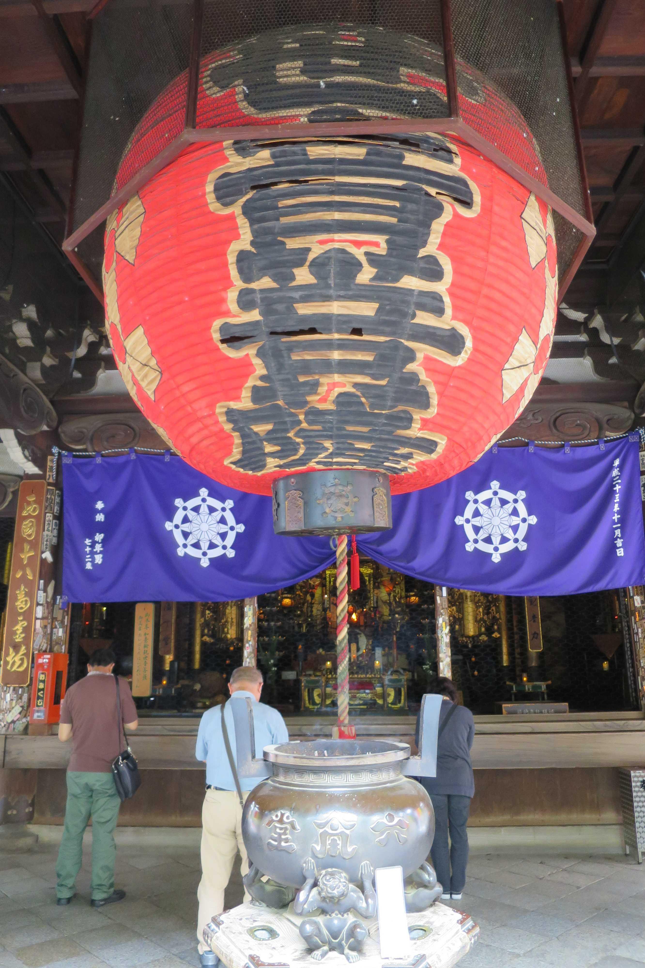 京都・六角堂の観世音菩薩と書かれた大きな赤いちょうちん