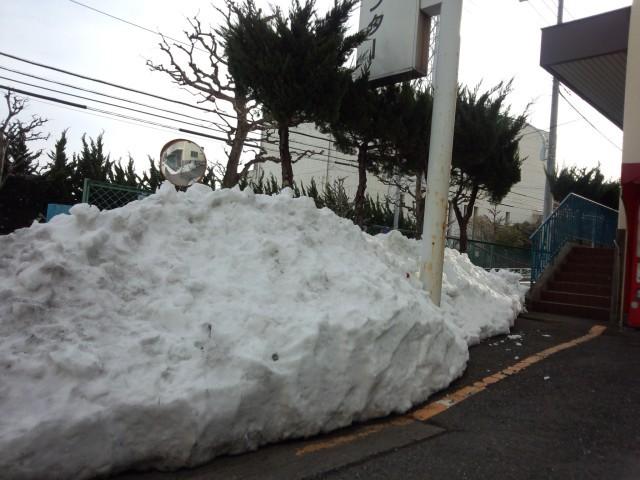 積み上がった雪