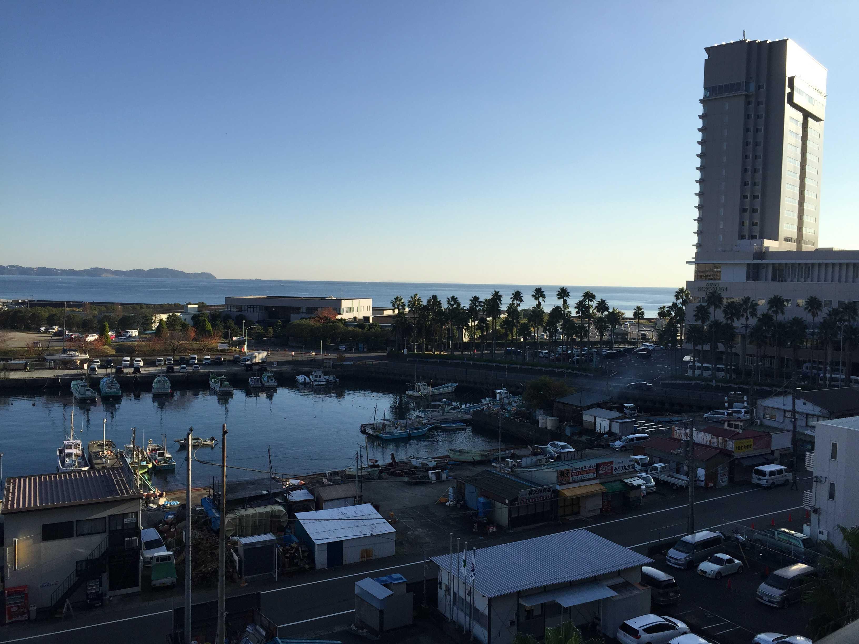 朝の熱海港