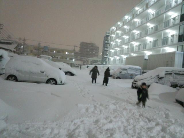 大雪の日のある家族