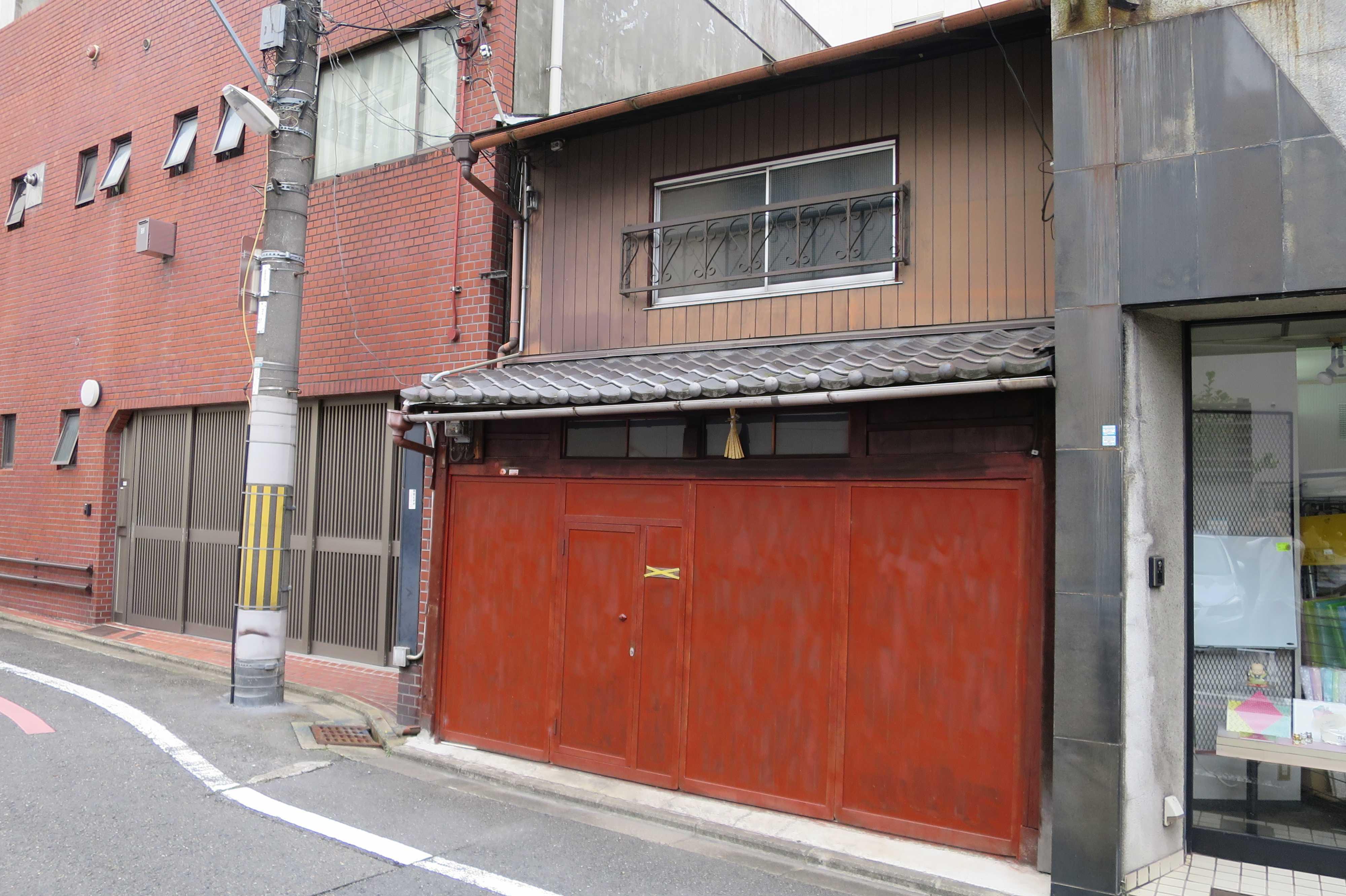 真っ赤な塀の家(京都市下京区)