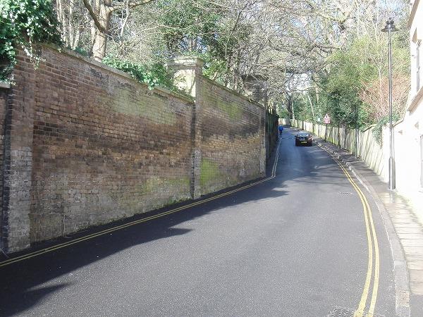 イギリス ロンドン - ハイゲイト墓地の前のレンガの坂道