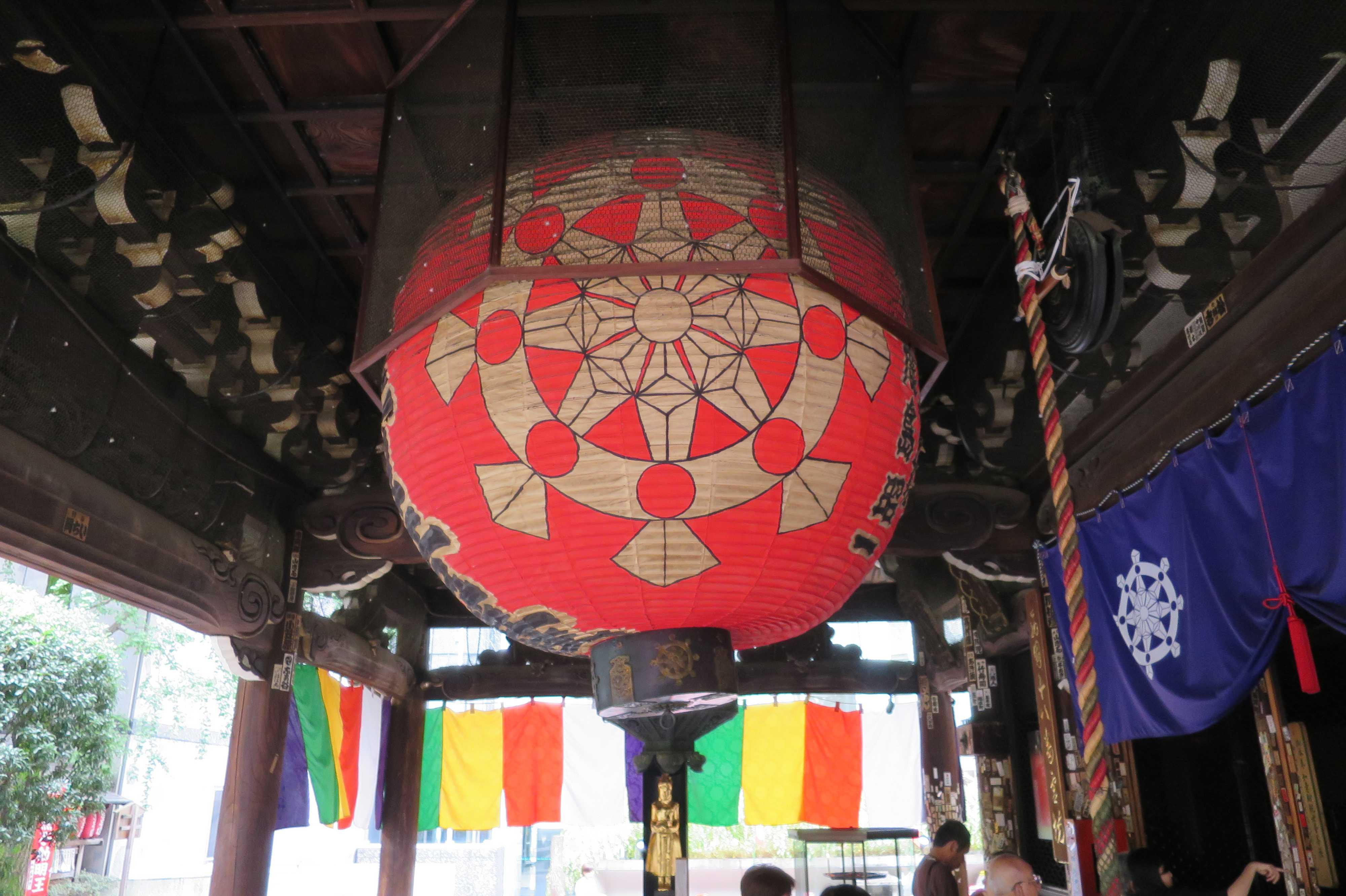 京都・六角堂の大きな赤い提灯