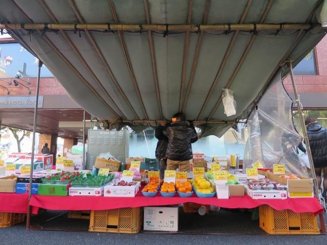 高知・日曜市で強風でテントが吹き飛ばされそうになっている瞬間