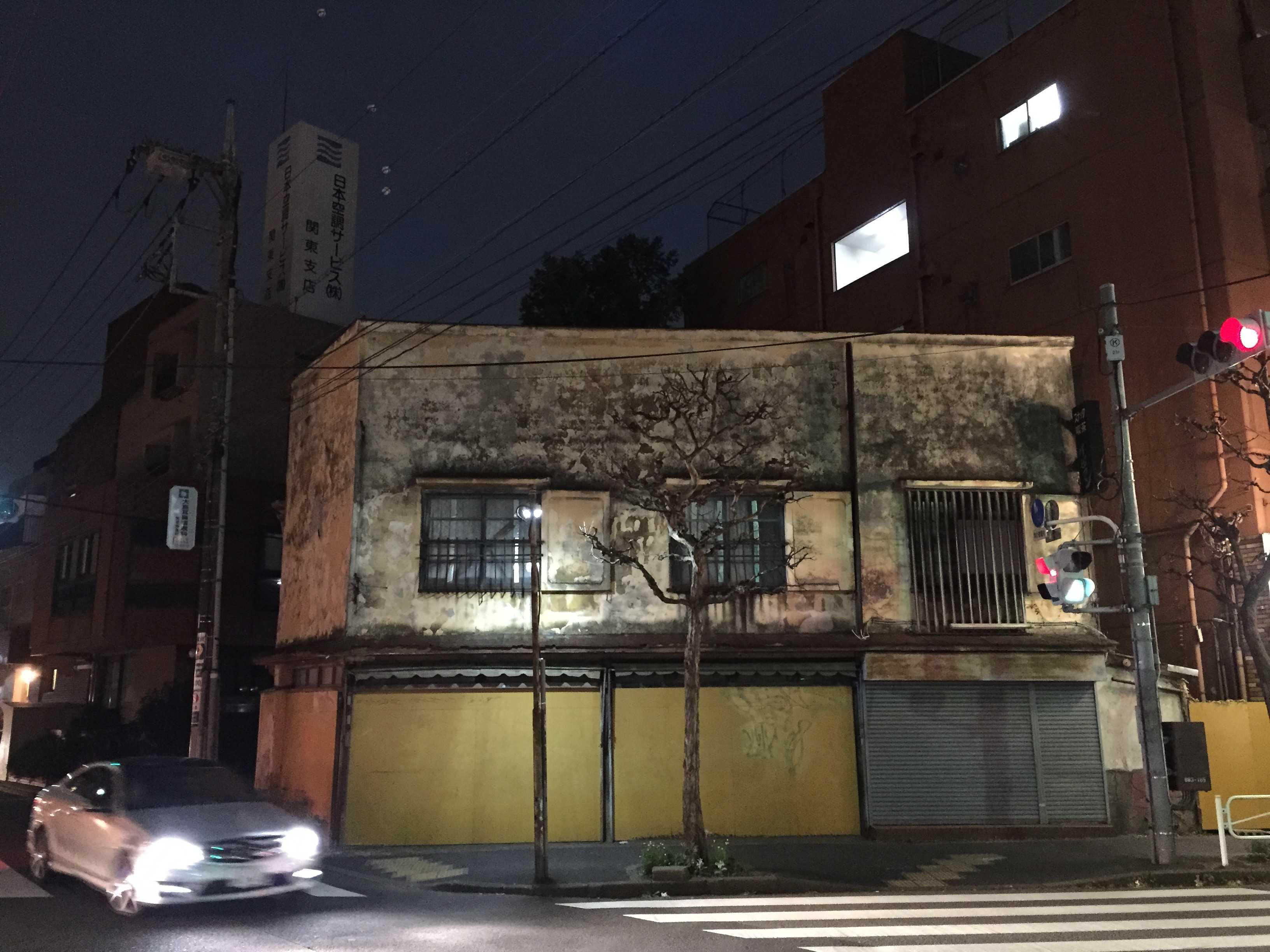 京王八王子駅近く東放射線通りの味がある古い建物