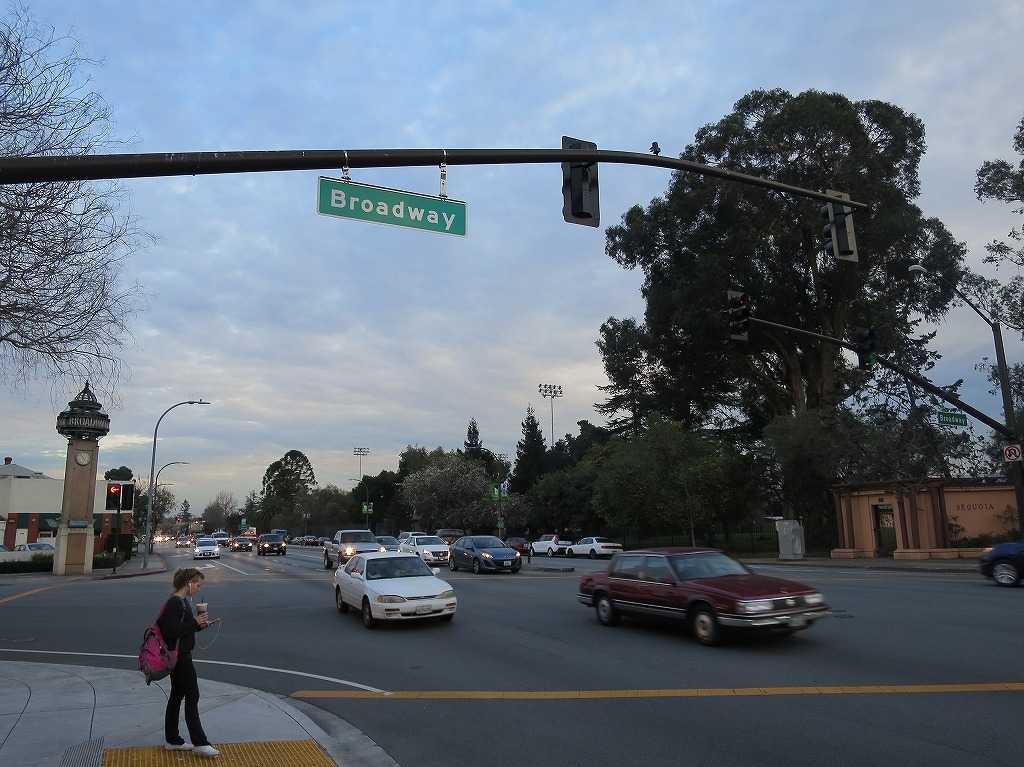 レッドウッドシティ駅近くの通り「ブロードウェイ(Broadway)」