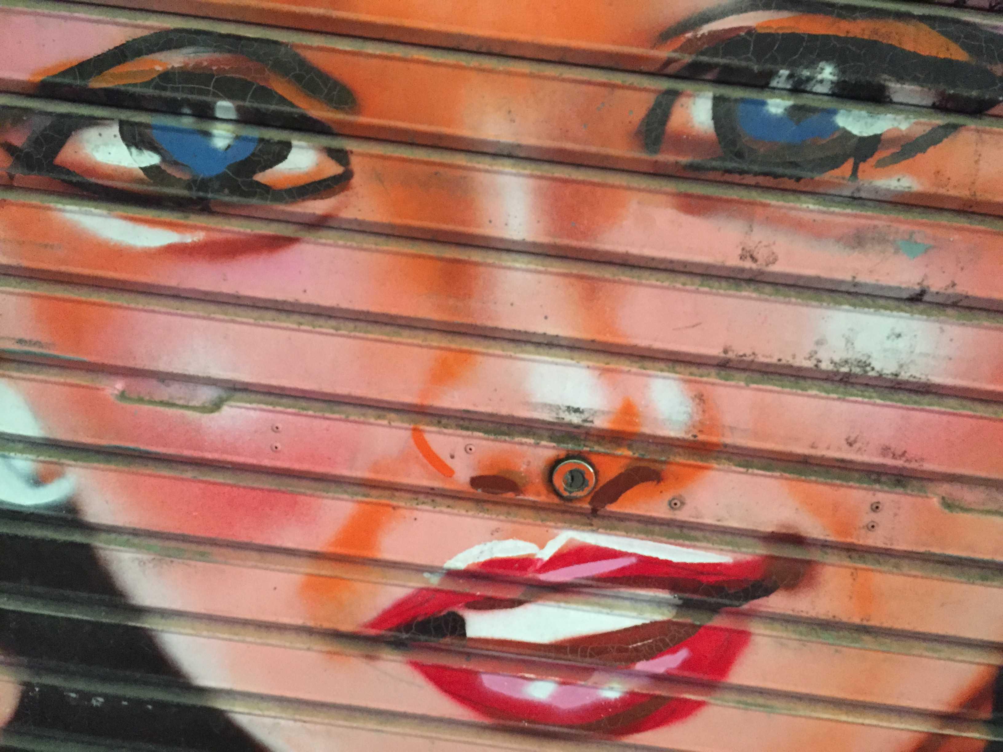 女性の水兵さん -  希望ヶ丘ショッピングセンターのシャッター画