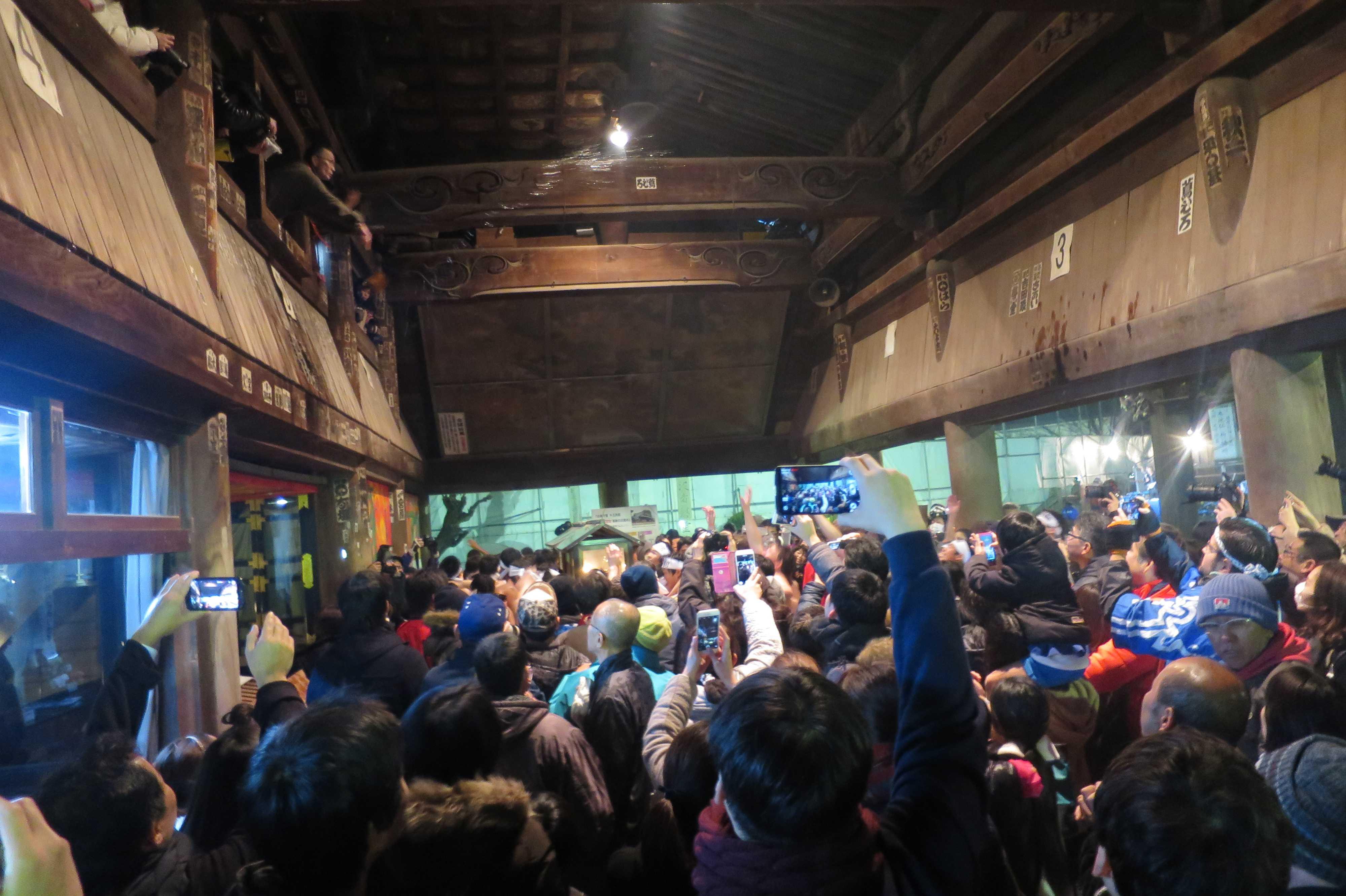 西大寺会陽 - 本堂御福窓からの打ち水