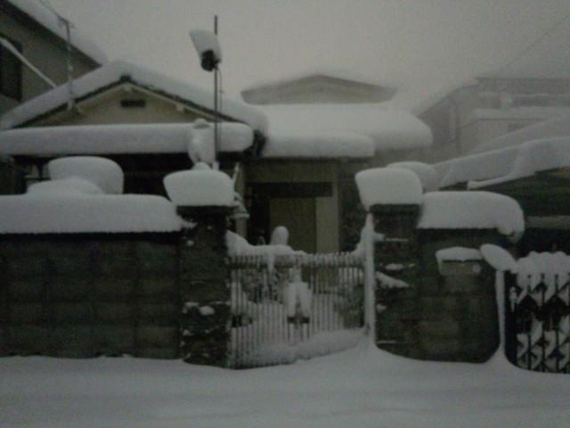 大雪と家の屋根