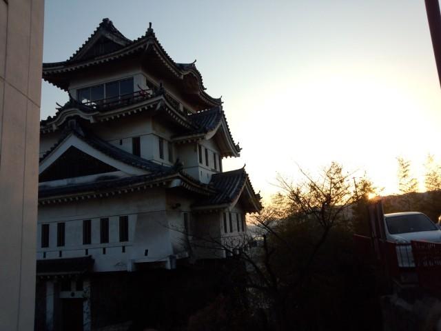 夕陽に照らされる尾道城