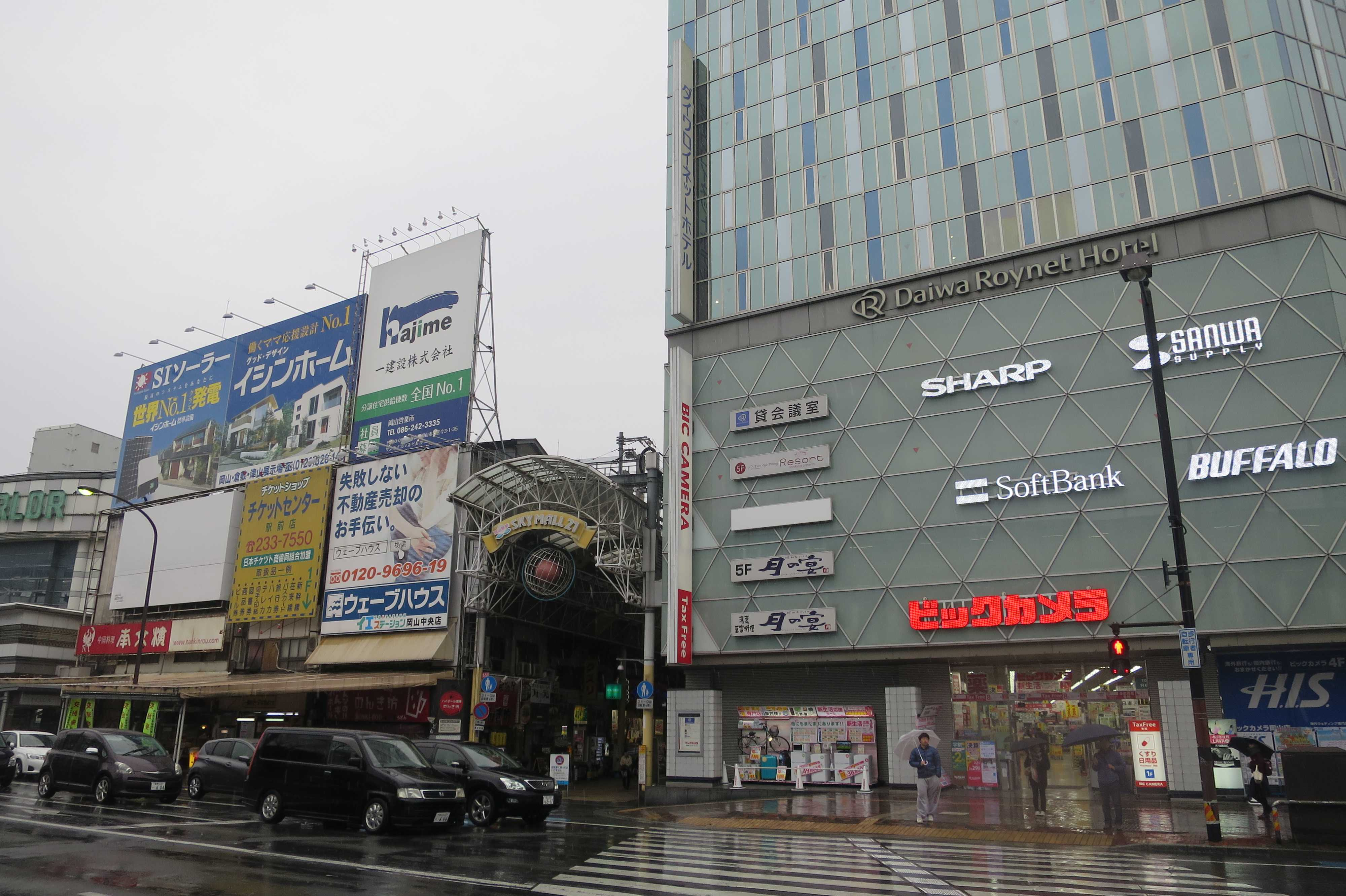 岡山駅前商店街(SKY MALL 21)と ビックカメラ岡山駅前店