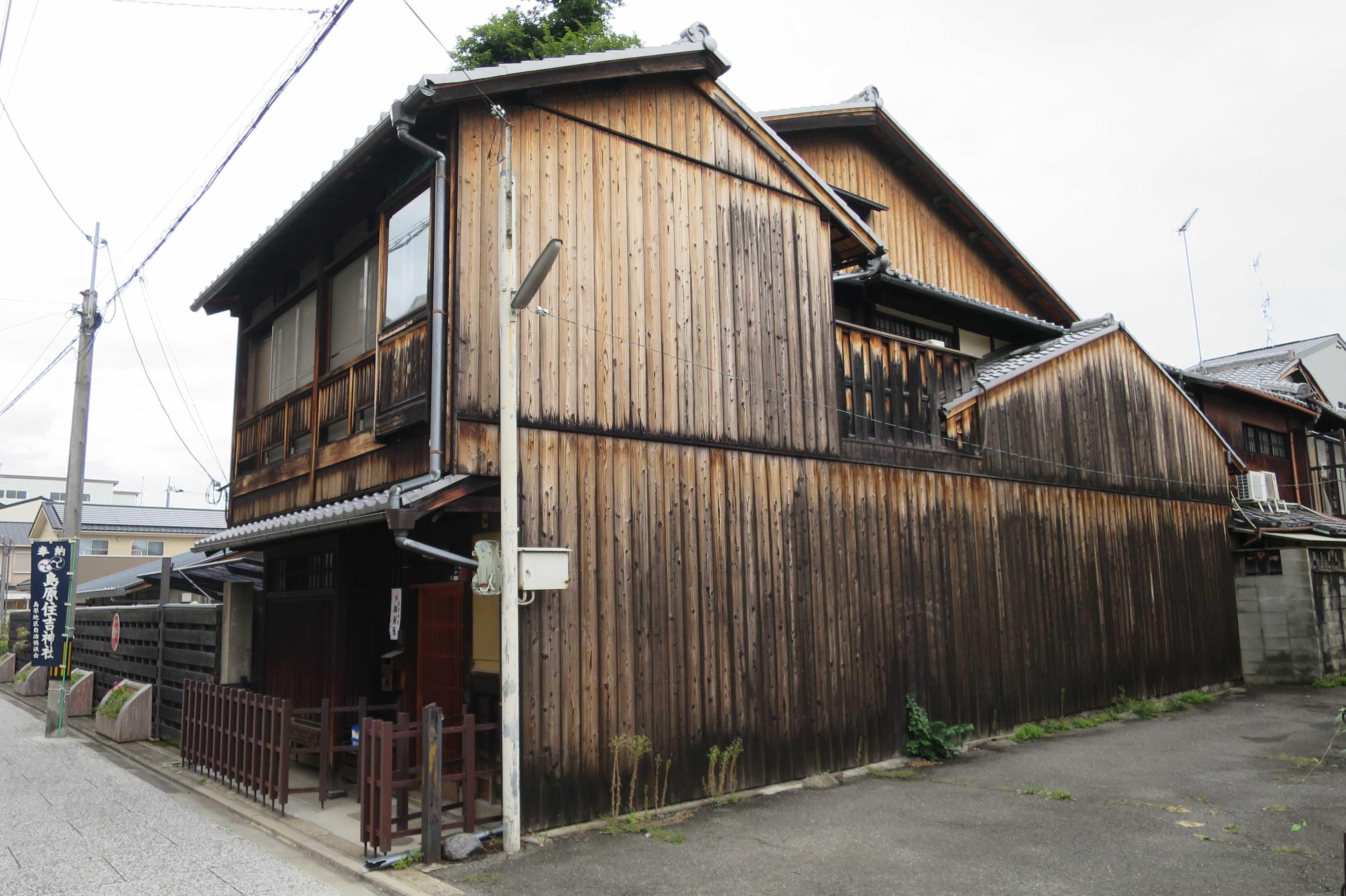 輪違屋の前の古い京町家