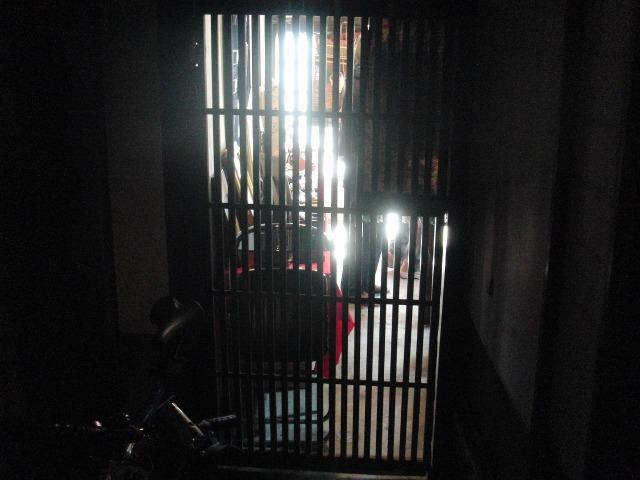 鞆の古商家の格子戸の陰影(陰翳)