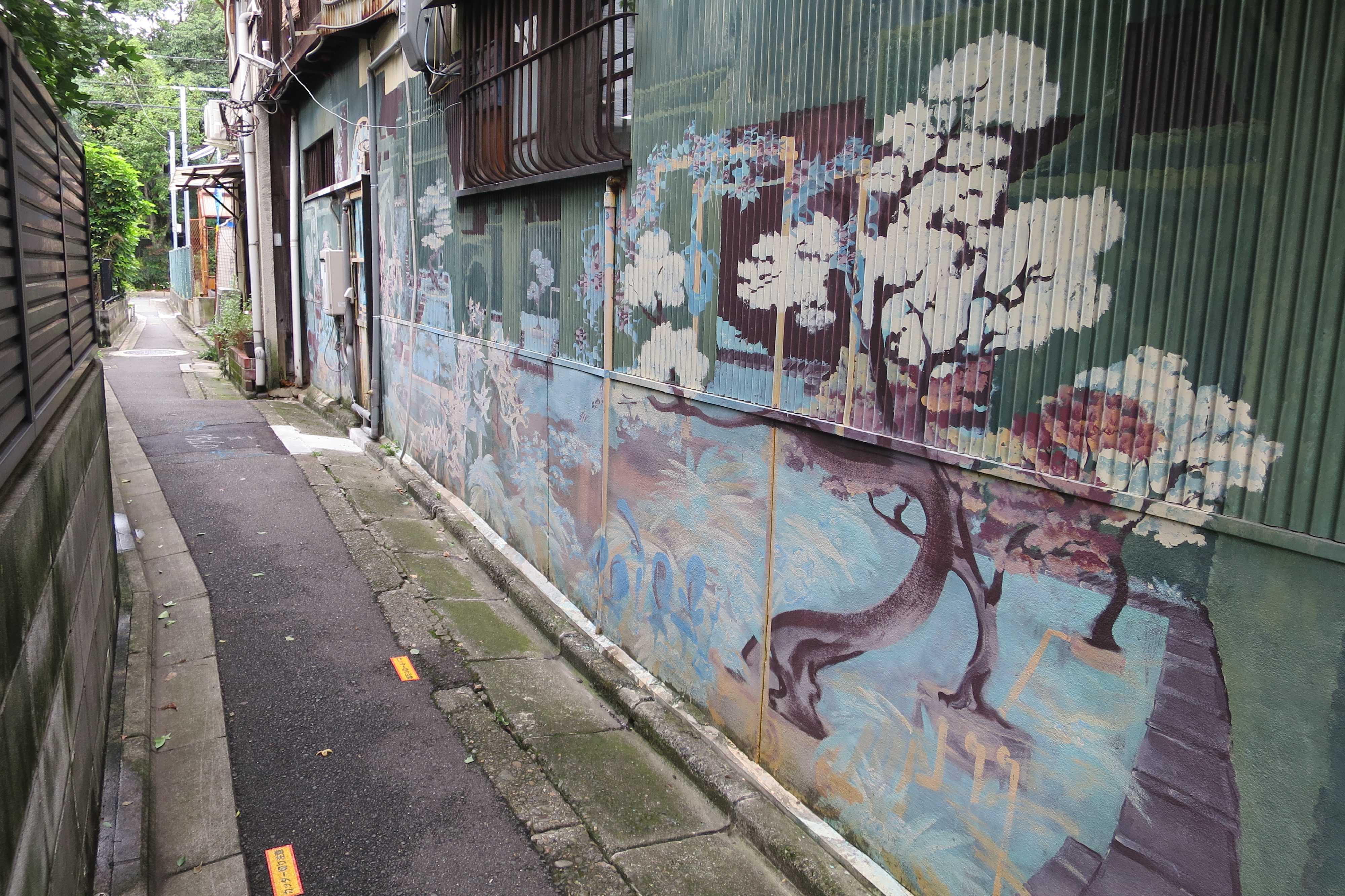 京都・五条楽園 - 「お茶屋」脇の小路と「お茶屋」の壁に描かれた絵