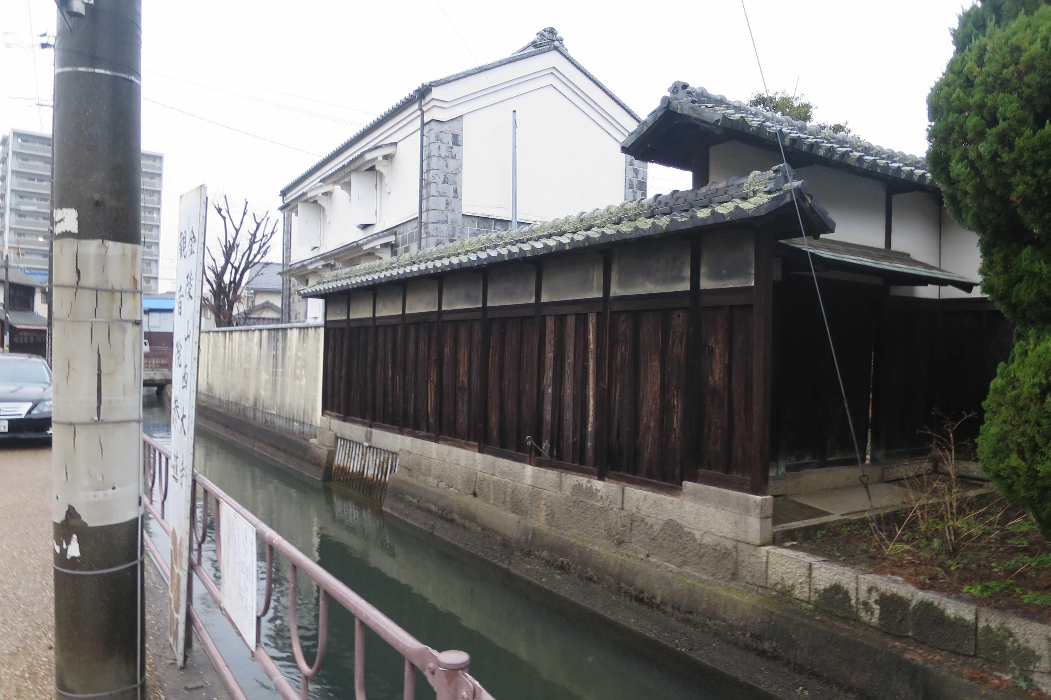 西大寺中心部を流れる西川沿いの蔵
