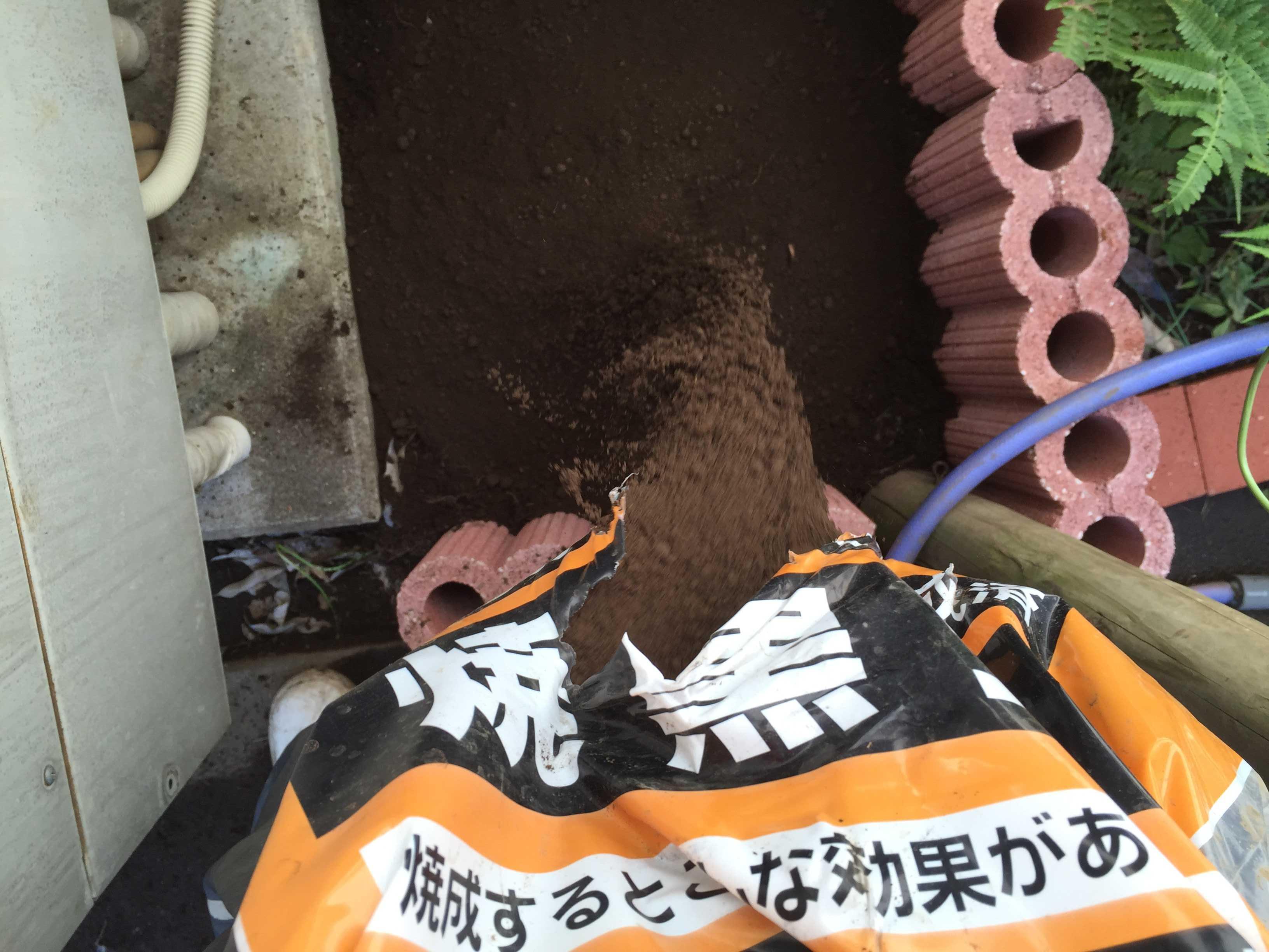 ヤマユリの球根植え付け - 土作り