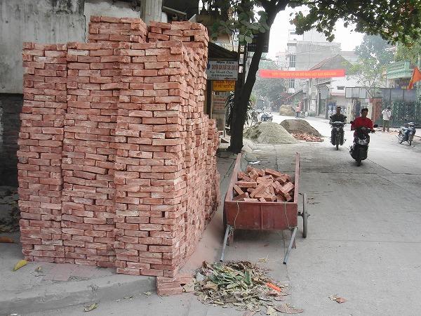 ベトナム・ハノイ - バッチャン村の積み上げられた赤レンガ