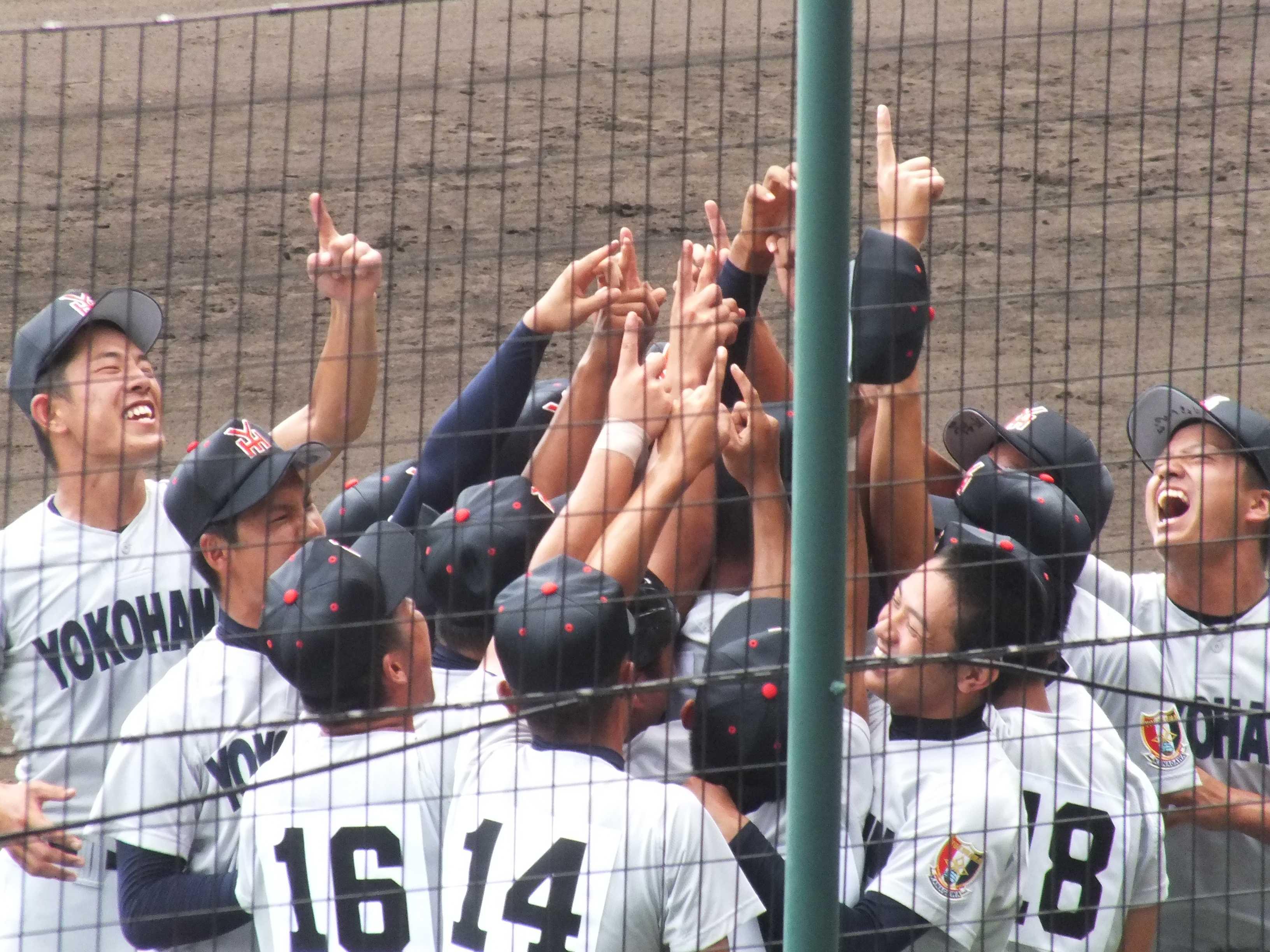 人差し指を天に突き立てる横浜ナイン