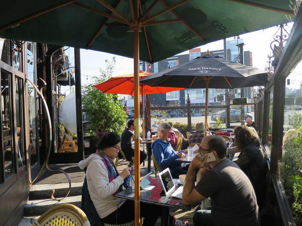 カストロ通り - 街角のカフェの様子