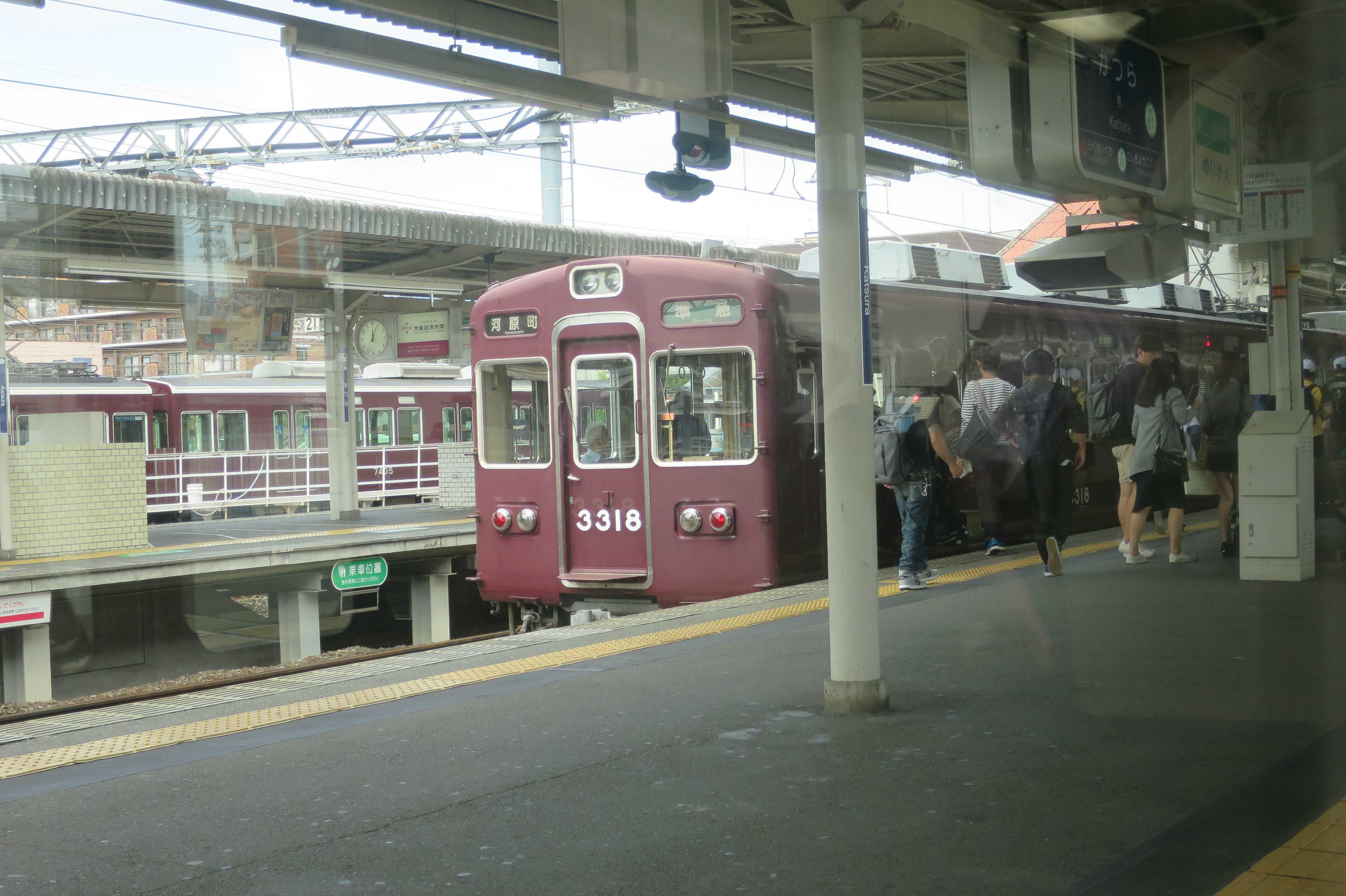 駅に停車している阪急電車