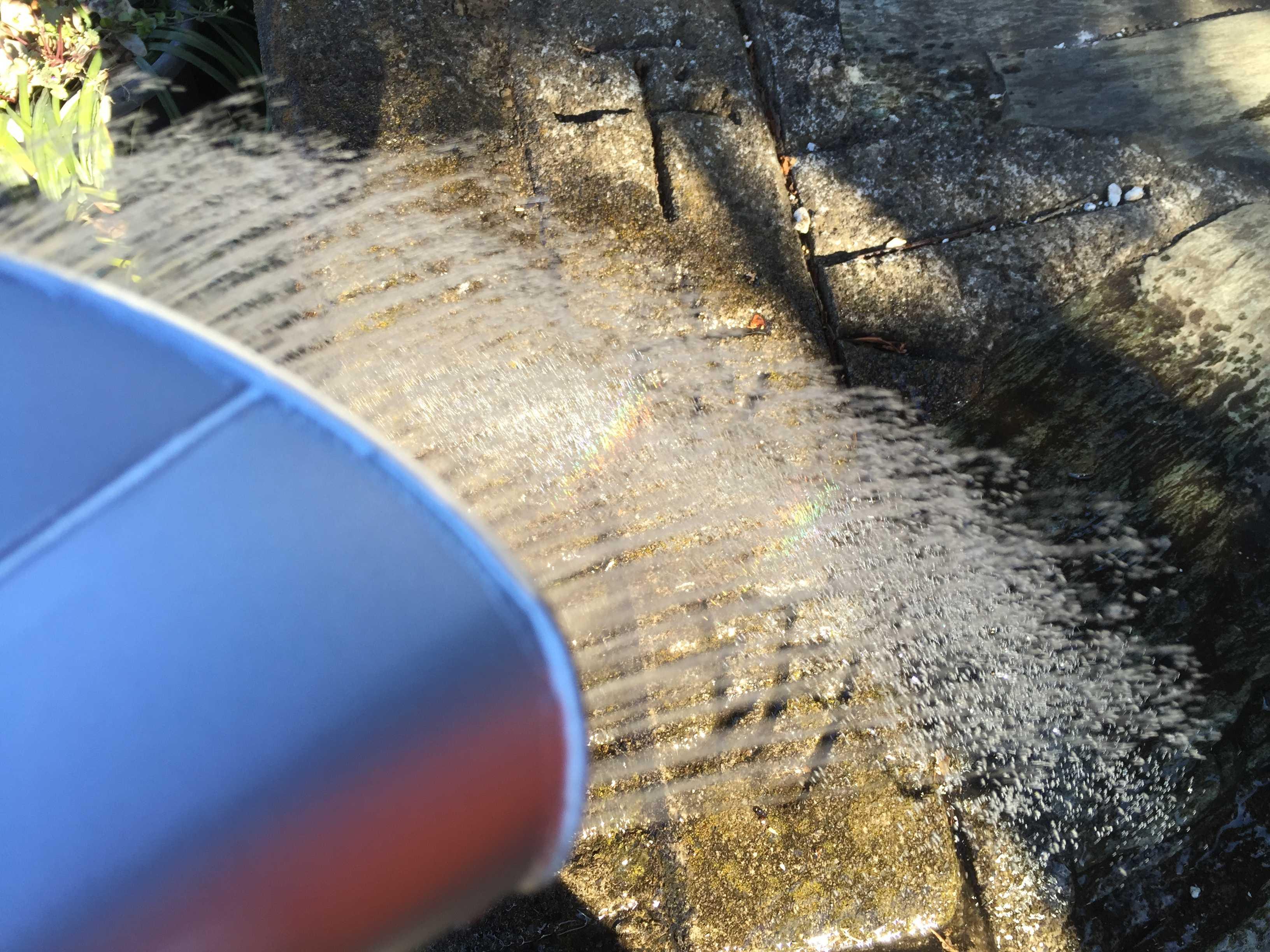 萬年 高級園芸ジョーロ 10L(尾上製作所)の小判形のハス口から出る細い水