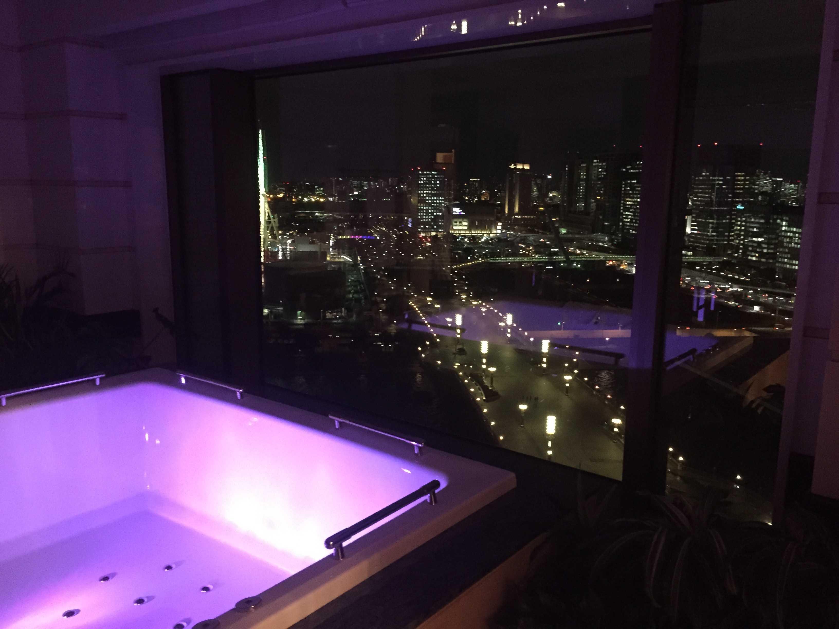東京ベイコート倶楽部: バスルームからの夜景