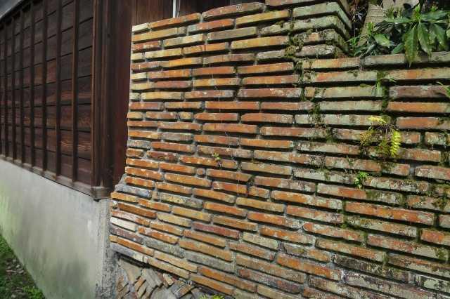 瀬戸市 窯垣の小径 - レンガを積んだように見える塀