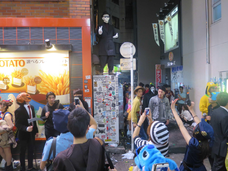 渋谷ハロウィーン - 自販機の上の謎のコスプレーヤー