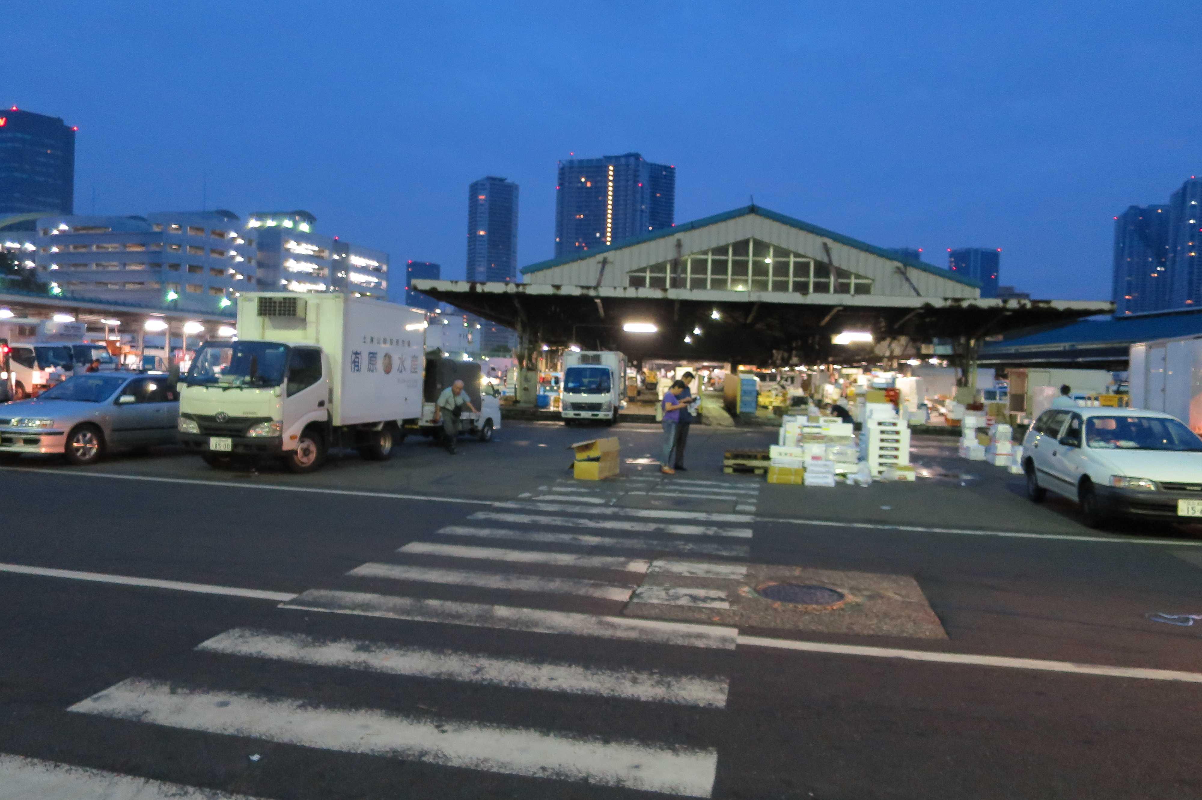 早朝の築地市場(場内)