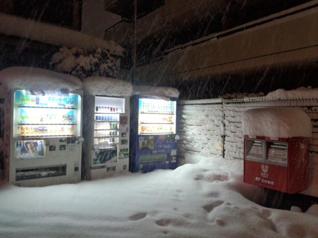 大雪の日の自動販売機と郵便ポスト