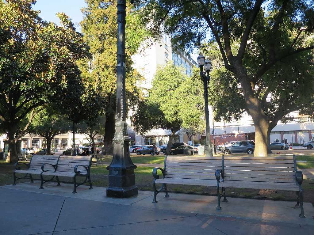 プラザ・デ・セザー・チャベス・パークのベンチ