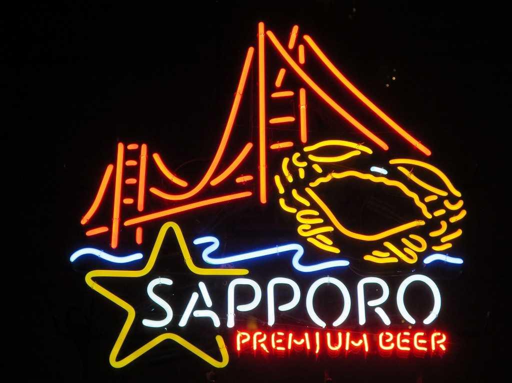 夜のサンフランシスコのネオン看板