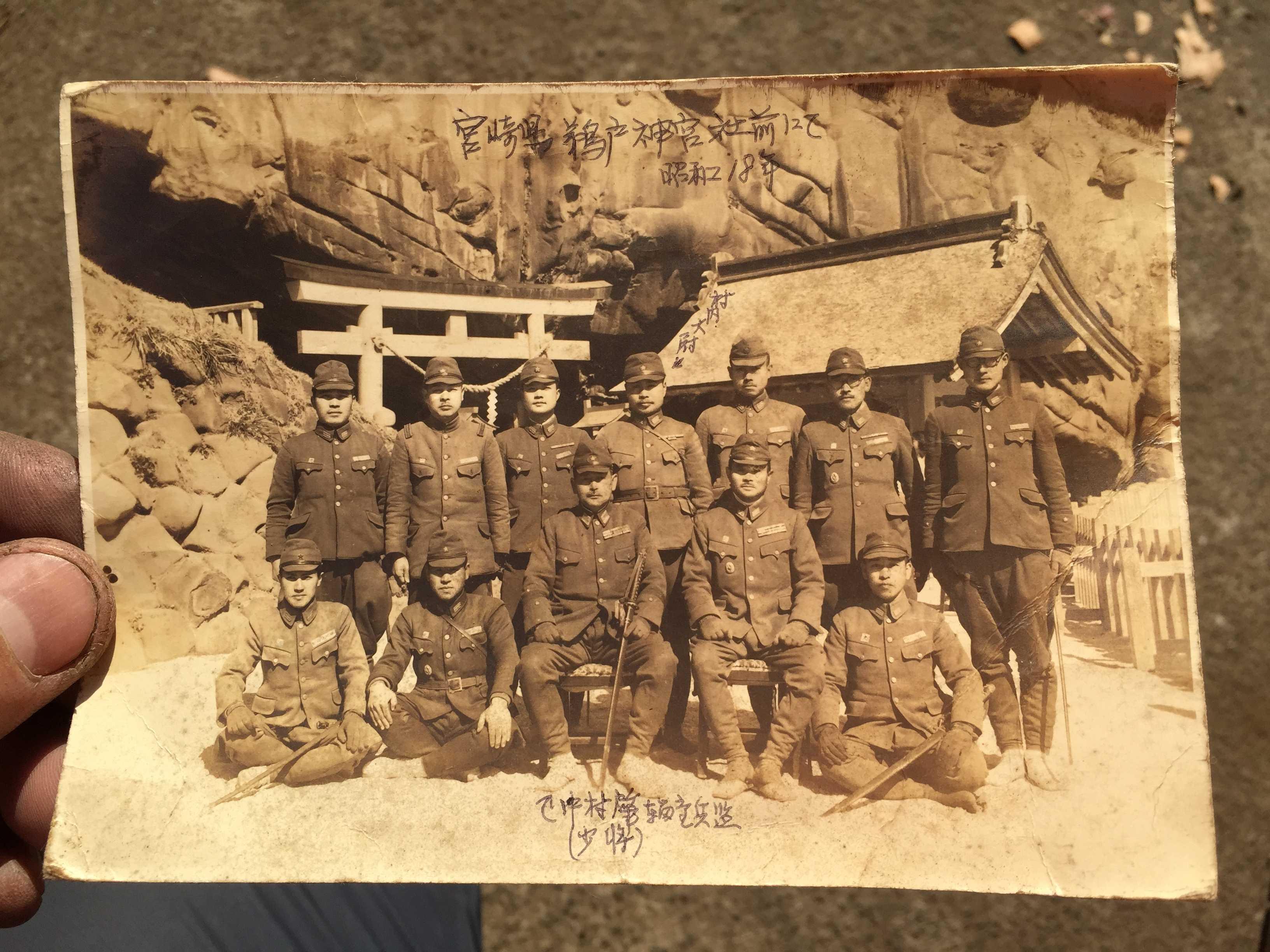 中村肇少将(輜重兵監)と村内村雄大尉、その他陸軍輜重兵学校の仲間
