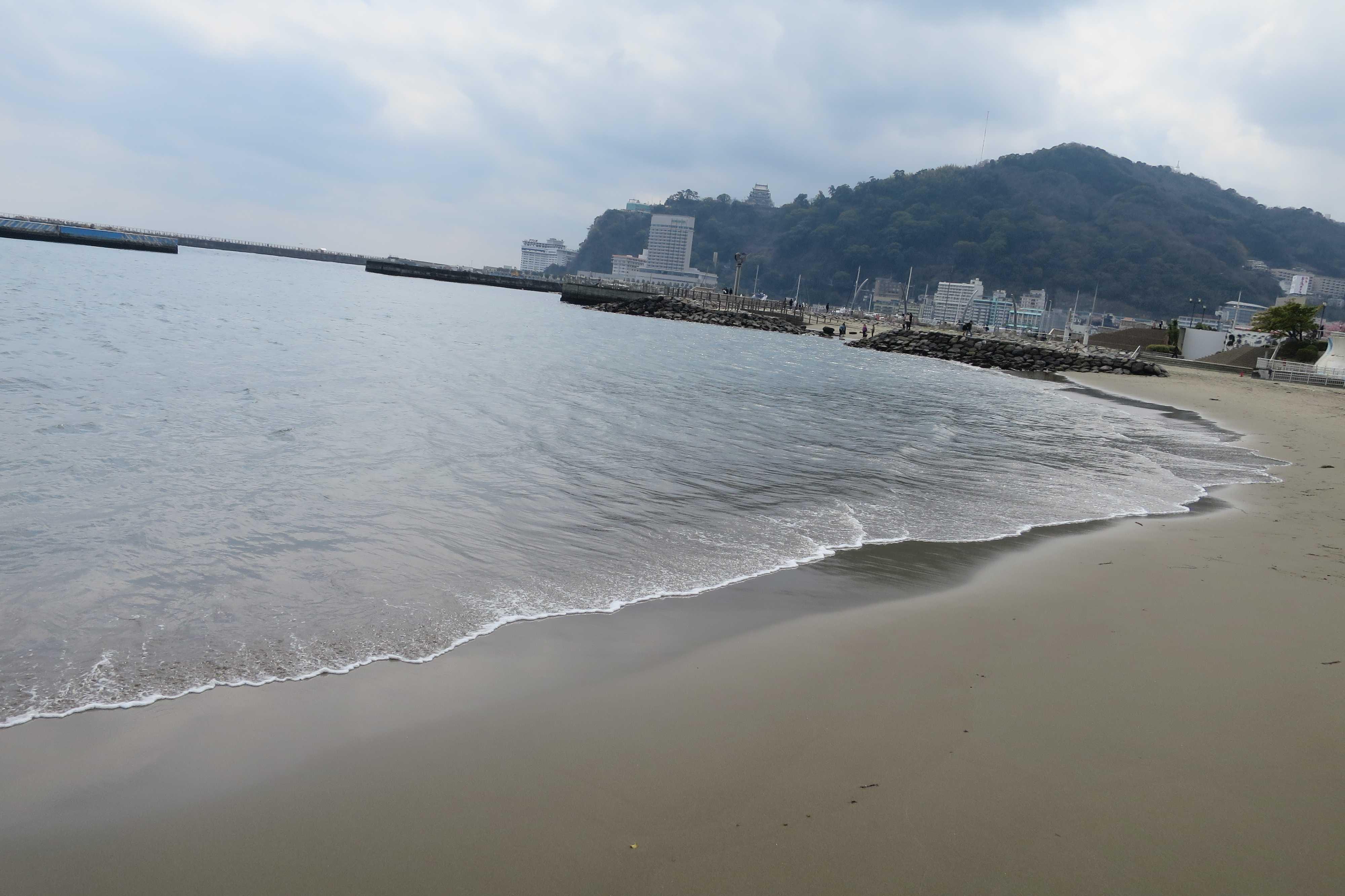 熱海サンビーチ - 打ち寄せる波