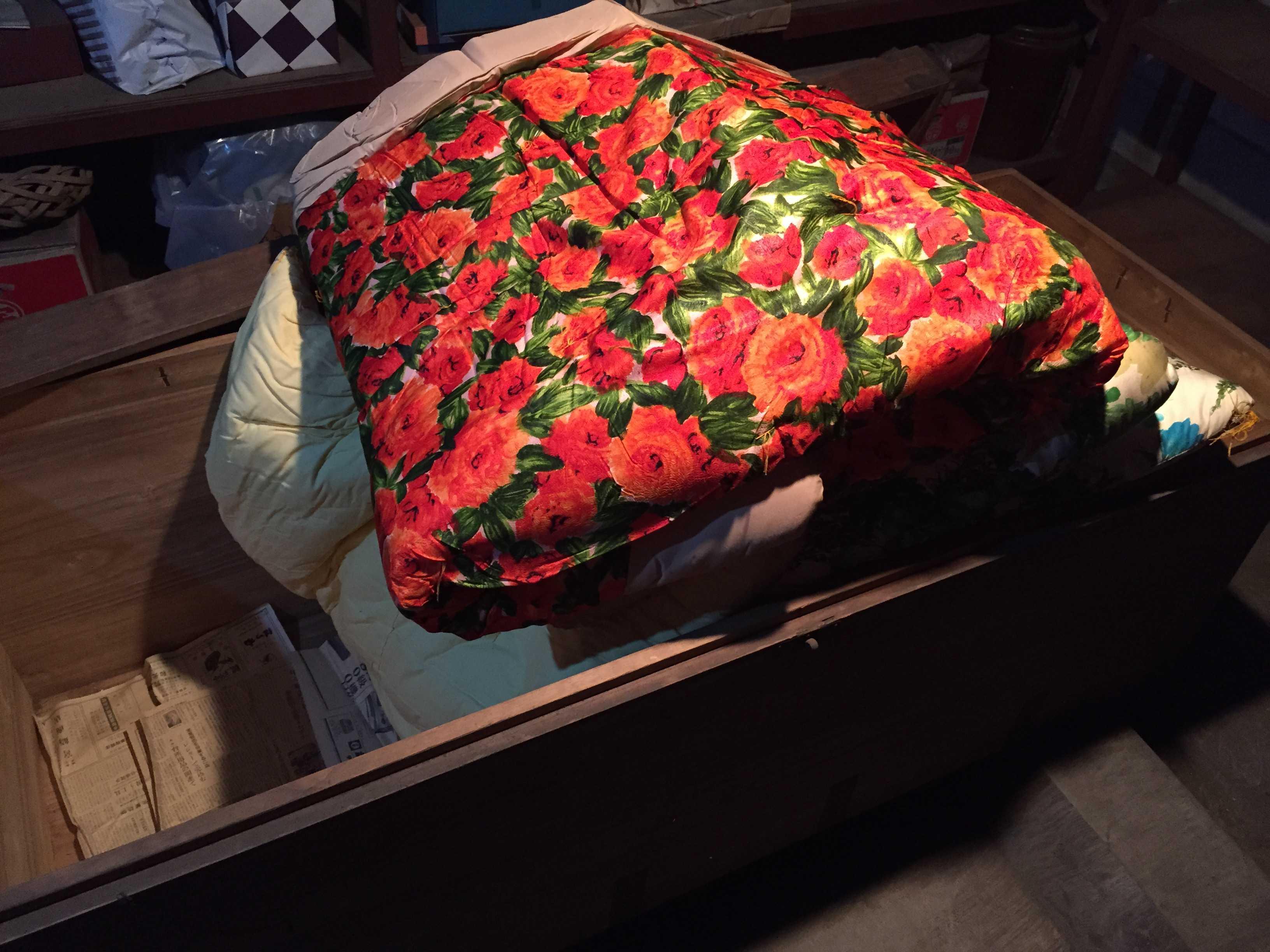 赤い花柄のお布団