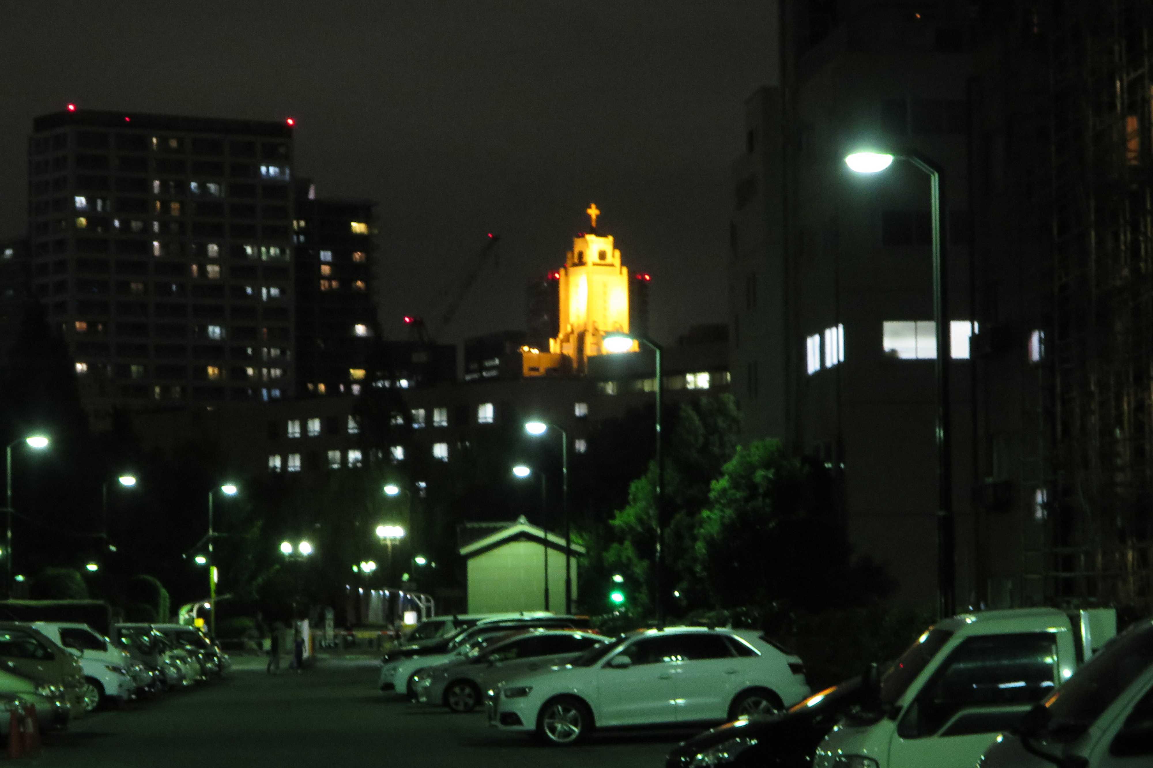 築地エリア - ライトアップされた聖路加国際病院の搭上の十字架