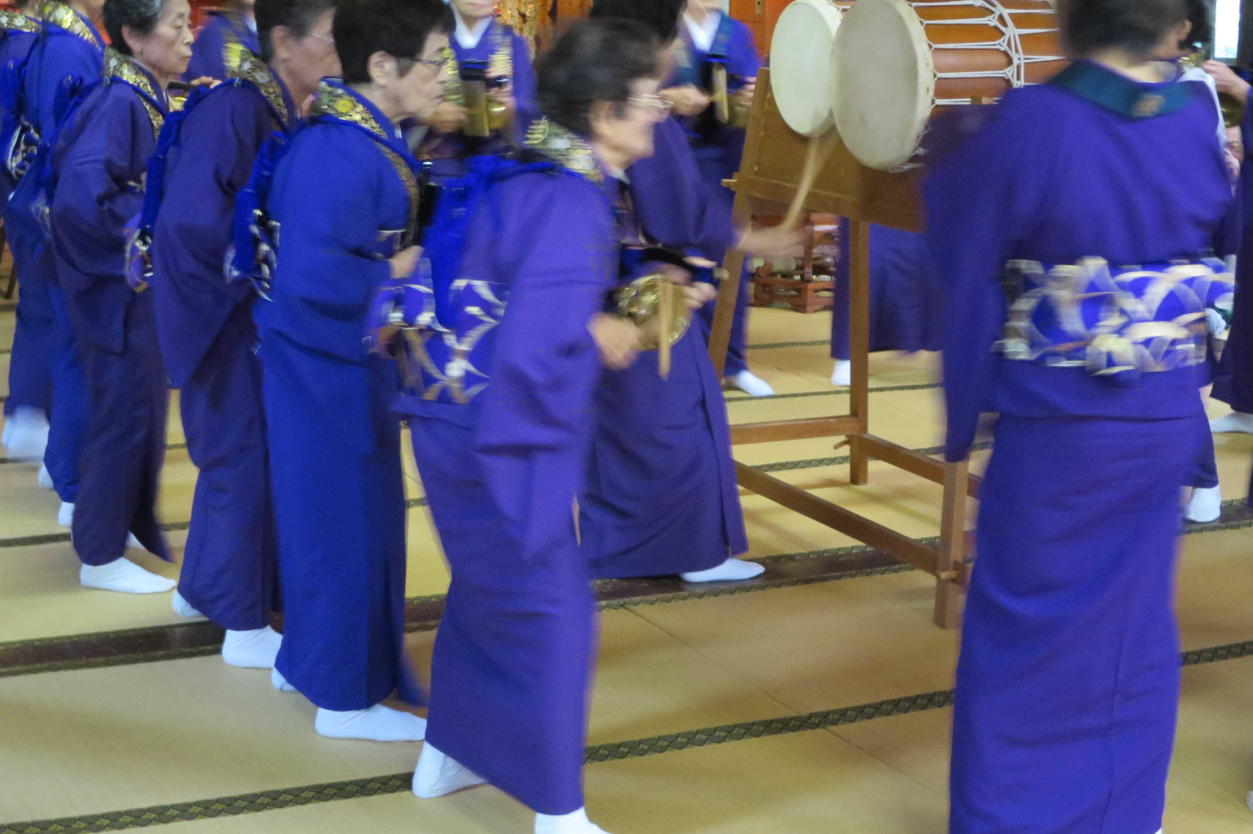 無量光寺の踊り念仏 - 鉦を胸につけ、撞木を手に持った踊り手