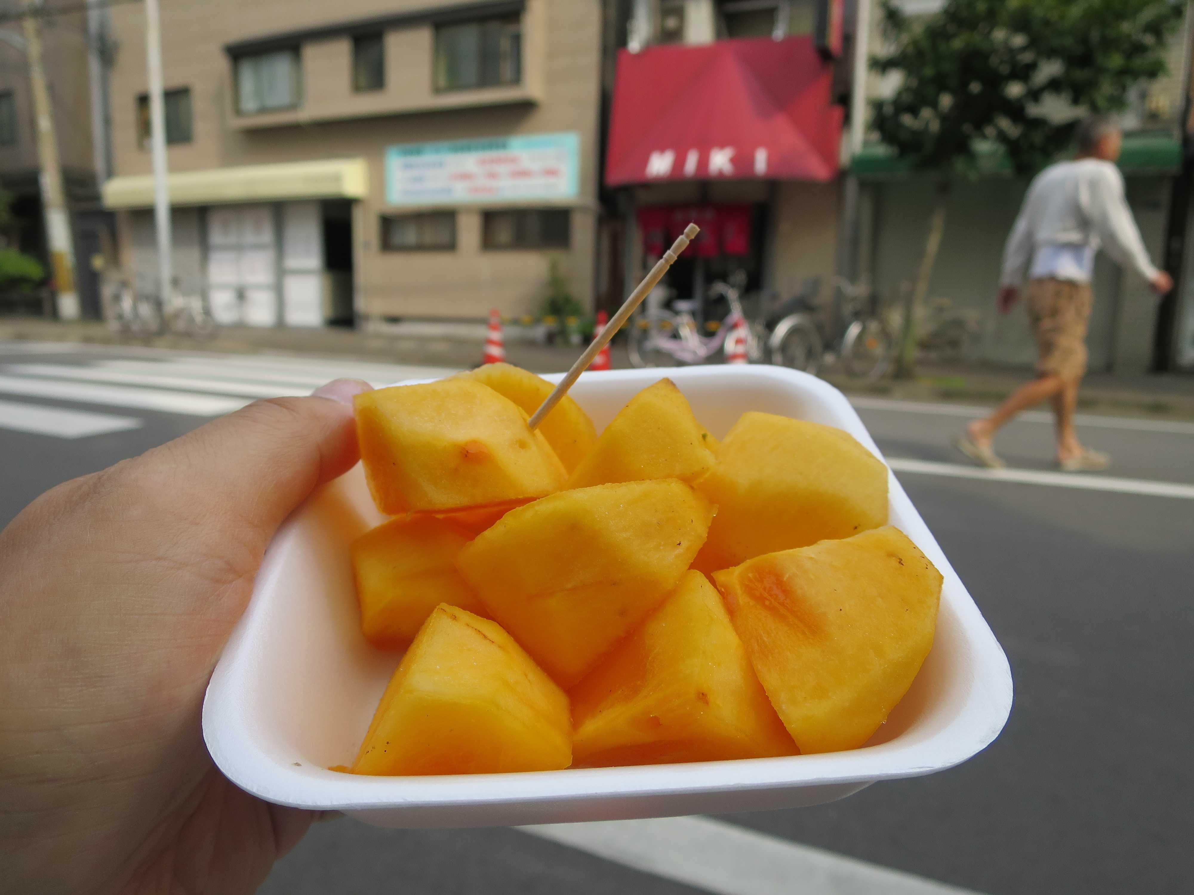 西成のメインストリートで食べた柿