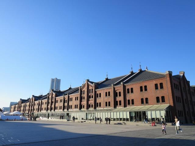 横浜赤レンガ倉庫と真っ青な青空