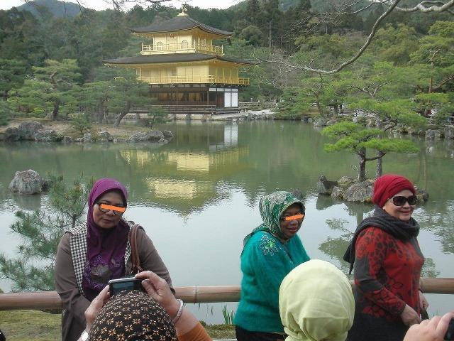 金閣寺で記念撮影するイスラムの女性たち