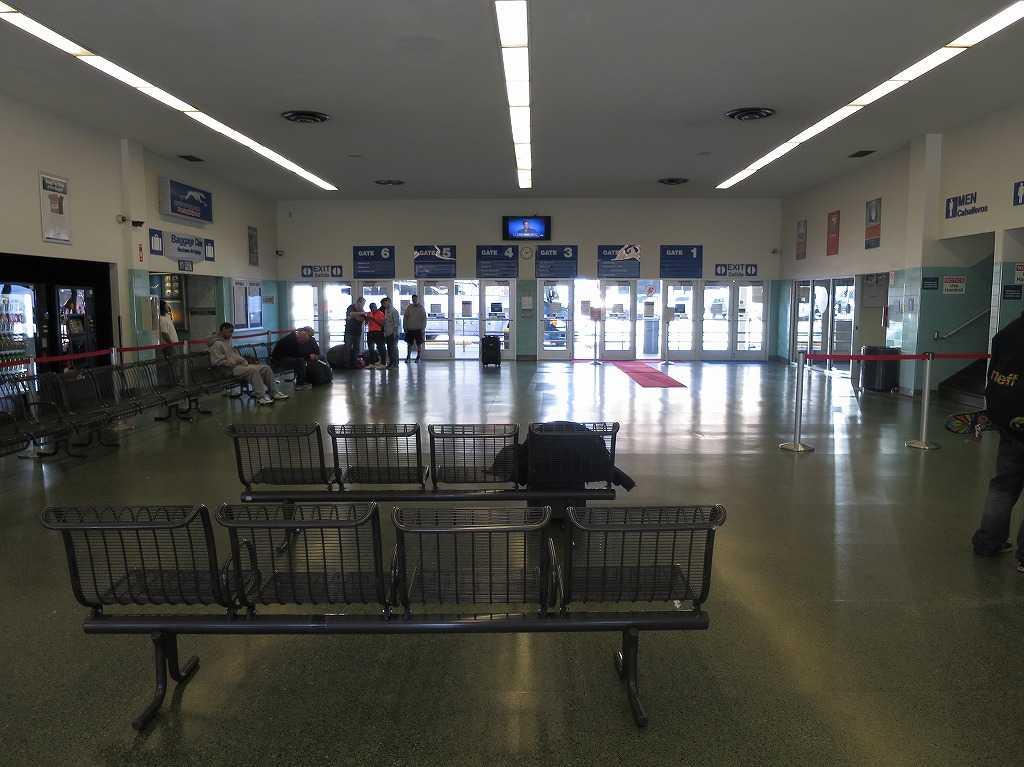 グレイハウンドのバスターミナル内部