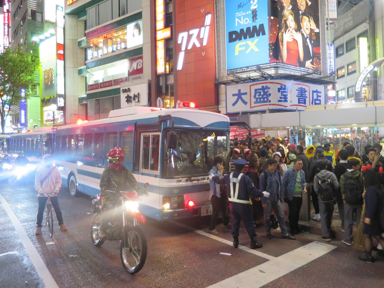 渋谷ハロウィン - 機動隊の大型輸送車